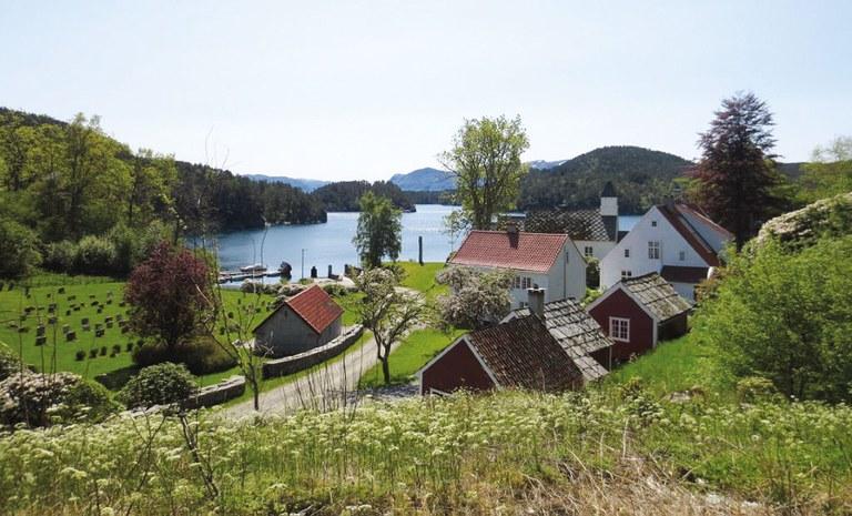 Oversikt-presteg-og-kirke-Jan-Ove-Totland-juni-16.jpg